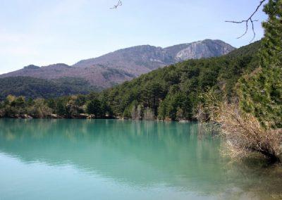 Бирюзовое озеро весной